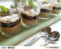Polovinu smetany přivedeme k varu, pozvolna v ní rozpustíme nalámanou čokoládu a necháme vychladnout. Druhou polovinu vyšleháme v pevnou... Sweets Cake, Mini Cheesecakes, Pavlova, Something Sweet, Trifle, Nutella, Cookie Recipes, Panna Cotta, Food And Drink