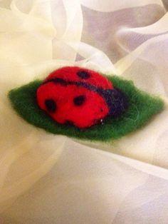spilla o decorazione coccinella  in lana di CreazioniMonica