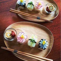 """毎日の食卓にさり気なく取り入れれば、たちまち料理上手と呼ばれること間違いなしの""""飾り切り""""。毎日の料理に使う食材や果物を、華麗に変身させてみましょう。"""