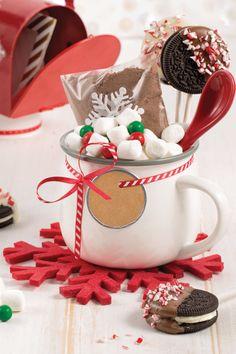 Ce mélange pour chocolat chaud est une belle idée de cadeau de Noël! Gingerbread Cookies, Desserts, Christmas, Mini Marshmallows, Recipes, Gingerbread Cupcakes, Tailgate Desserts, Xmas, Deserts