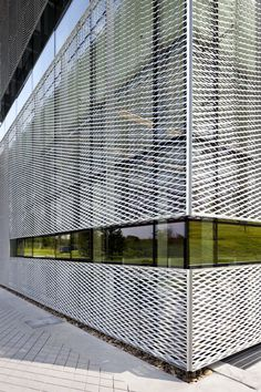 Gallery - Castle of Skywalkers / Doojin Hwang Architects - 3 detail gevel strekmetaal raam compositie bandraam Metal Facade, Metal Screen, Metal Panels, Building Skin, Building Facade, Building Design, Architecture Metal, Home Design Decor, House Design