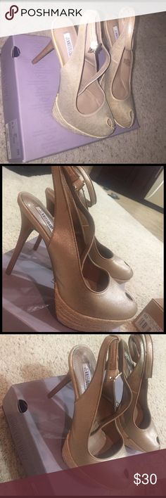Jennifer Lopez Heels👡 Gold Jennifer Looez pumps. Perfect for a night out! Just put it on once. So comfortable Jennifer Lopez Shoes Heels