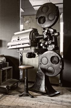 Oude filmprojector - Old cinema projector - Class act - Industrial bar stool - #WoonTheater