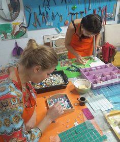 #tbt de uma oficina de #mosaico de uma tarde! Foi muito bacana! Obrigada Liana e Lara!  #alemdaruaatelier #alemdarua #verokraemer #cursodemosaico #oficinademosaico #aulademosaico #artesanato