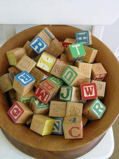 Vintage letterblokken. Leuk om de naam van je kleintje mee te spellen - vintagejane op Etsy