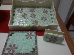 Conjunto de bandeja retangular tamanho médio, porta guardanapos e apoio para travessas, com pintura externa e mosaico em flores com pastilhas de vidro., by Sueli Cemin