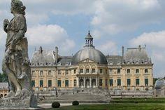 Construit sur ordre de Nicolas Fouquet, ce chef d'œuvre baroque éblouit le Roi Soleil et attisa sa jalousie. Au gré de ses somptueuses salles et de ses magnifiques jardins, le château de Vaux-le-Vicomte vous invite à découvrir une page de l'histoire de France.