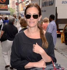 Julia Roberts porte des Ray-Ban Caravan  http://www.visiofactory.fr/lunettes-de-soleil/5168-lunettes-de-soleil-ray-ban-rb-3136-caravan-001-dore-large-805289003472.html