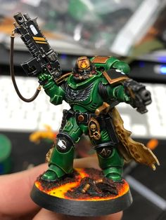 Let finally done! It takes me a month to get a single miniature done and it's exhausting. I make a mental effort to do everything faster but I just can't. Maybe I spend too much time on details that are negligible. Warhammer Figures, Warhammer Paint, Warhammer Models, Warhammer 40k Miniatures, Warhammer 40k Salamanders, Salamanders Space Marines, Warhammer 40000, Guardia Imperial 40k, Marine Colors
