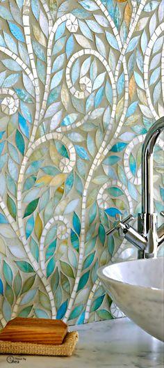 mosaico de vidro na parede do banheiro