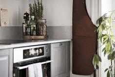 Белый и серый —наверное, самые популярные цвета в скандинавском дизайне. В этой чудесной шведской квартире эти два цвета переплелись в идеальном сочетании, благодаря чему интерьер выглядит невероятно стильно. Жилье получилось одновременно уютным и изысканным, теплым и современным.Великолепно!