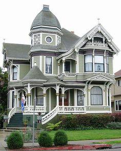 Este viejo victoriana casa es muy bonita.                                                                                                                                                                                 Más