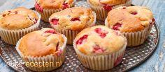 Makkelijk recept voor frisse zomerse muffins met stukjes aardbei