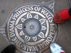 A foto da semana é de uma das 90 placas que marcam o Princess Diana of Wales Memorial Walk. É um caminho de 11km em homenagem a Lady Di.