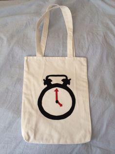 Beyaz kumaş üzerine saat desenli keçeli kol çantası :)