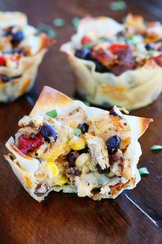 Make these fun Southwestern Chicken Cups using Wonton Wrappers in a Muffin Tin! Great for using up leftover rotisserie chicken or boneless, skinless chicken breasts. CQ note - This recipe keeps calling Ro-Tel to me. Wonton Recipes, Appetizer Recipes, Mexican Food Recipes, Wonton Appetizers, Italian Appetizers, Party Recipes, Chicken Wontons, Bbq Chicken, Muffin Tin Recipes