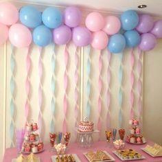 Decora el fondo de tu mesa de postres para una fiesta infantil con globos y serpentinas. #DecoracionMesaDePostres