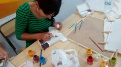 TALLERES DE PINTURA SOBRE TELA para los chic@s del barrio de la Paz en Granda. PROYECTO COMETA Granada, Triangle, Painting, Mural Painting, Kite, Peace, Creativity, Projects, Painting Art
