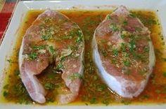 Marinar é o processo de amaciar e acentuar o sabor da carne por meio da sua imersão em um líquido ácido (como vinagre, suco de limão, vinho, etc.) com temperos e ervas. Alguns dos temperos podem ser: alho, coentro, dill, louro, salsa e tomilho. Fish Recipes, Seafood Recipes, Cooking Recipes, Healthy Recipes, Food Porn, Salty Foods, Portuguese Recipes, Fish Dishes, No Cook Meals
