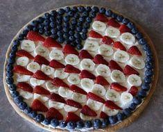 Patriotic Dessert Pizza: Fruit-topped pizza on sugar cookie crust. Patriotic Desserts, Blue Desserts, 4th Of July Desserts, Party Desserts, Just Desserts, Patriotic Party, Parties Food, Fruit Recipes, Dessert Recipes