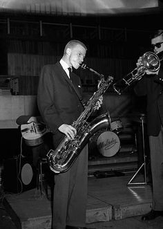 Gerry Mulligan and Bob Brookmeyer perform on stage, 1955