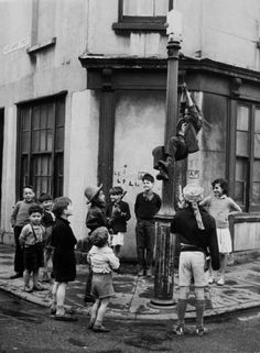 Cardiff , West Church Street In Wales During The Fifties Cardiff Bay, Cardiff Wales, Wales Uk, Old Pictures, Old Photos, Welsh Coast, Uk History, Past Papers, Industrial Photography
