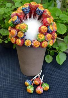 Is je communicant of lentefeestvierder een echte zoetebek? Met deze lolly- of sn… Is your communicant or Spring Festival a real sweet cup? With this lollipop or candy tree you give the party table cheap and in a jiffy a playful and very sweet touch. Candy Trees, Sweet Trees, Chocolate Bouquet, Candy Bouquet, Homemade Candies, Spring Festival, Candy Table, Candy Party, Lollipop Candy