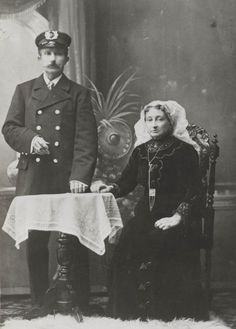 Man in uniform en vrouw in streekdracht van de Zuid-Hollandse eilanden. ca 1905 #ZuidHolland