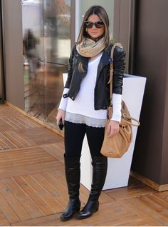 Jaqueta de couro + bota cano longo + legging + renda