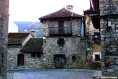 Ansó | Huesca Los Pueblos más Bonitos de España Romanesque Architecture, Architecture Background, Cabin, Country, House Styles, Places, Nature, Travelling, Beautiful