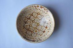 Rare et grand plat abbasside en lustre polychrome à décor géométrique,