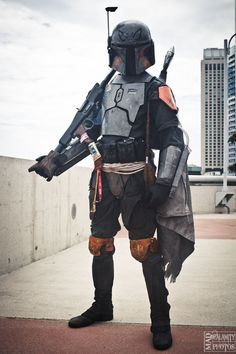 Colors, overall fit and style, helmet markings, weapon. Mandalorian Costume, Mandalorian Armor, Star Wars Bounty Hunter, Star Wars Characters Pictures, Female Armor, Armor Concept, Best Cosplay, Star Wars Art, Clone Wars