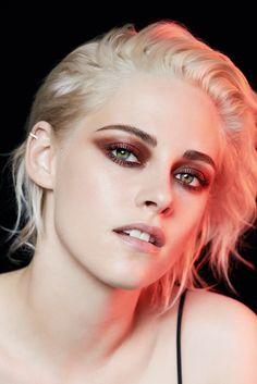 Kristen Stewart Short Hair, Kristen Stewart Chanel, Kirsten Steward, Long Lasting Eyeliner, Angeles, Naomi Scott, Tomboys, Cute Celebrities, Robert Pattinson