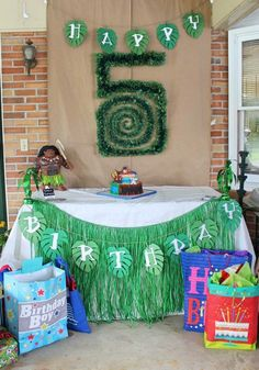 Moana themed Party table backdrop. Could also be Used for a luau! #moanaphotobooth