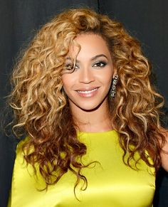 HIGH GLAM When it comes to her hair, Beyoncé is very much the cameleon. She?s gone sleek and straight, did blunt bangs and rocked some short styles. But this wild sexy wavy long do is a total classic.