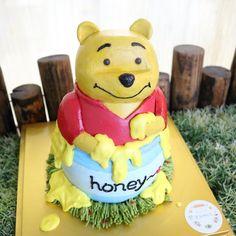 꿀통에 들어간 곰돌이푸~ buttercreamcake, charactercake, poohcake, pooh, cake, cutepooh, cakeclass, disney, bakingcakes, honeypooh