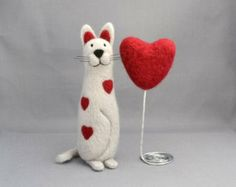 Needle felted animal - Needle felted cat and heart - Cat miniature - Soft sculpture - Fiber art.