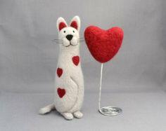 Needle felted animal - Needle felted cat and heart - Cat miniature - Soft sculpture - Fiber art.