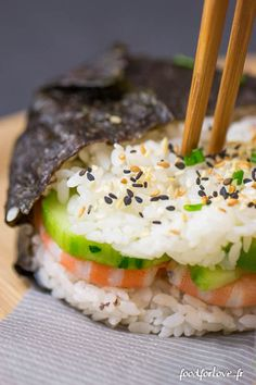 ingredients: - of sushi rice - of water - of salmon steak - 2 lawyers - 200 gr cooked prawns - cucumber - 2 seaweed leaves - Wasabi - 6 tbsp sushi vinegar - Sesame seeds, fried onions, chives, coriander . - Soy sauce (sweet or savory) Asian Recipes, Real Food Recipes, Yummy Food, Healthy Recipes, Tasty, Sushi Burger, My Sushi, Burger Food, Okonomiyaki Recipe