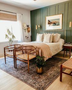 Casa Retro, Home Bedroom, Green Master Bedroom, Master Bedrooms, Bedroom With Green Walls, Bedrooms With Accent Walls, Green Bedroom Decor, Green Accent Walls, Wall Accents