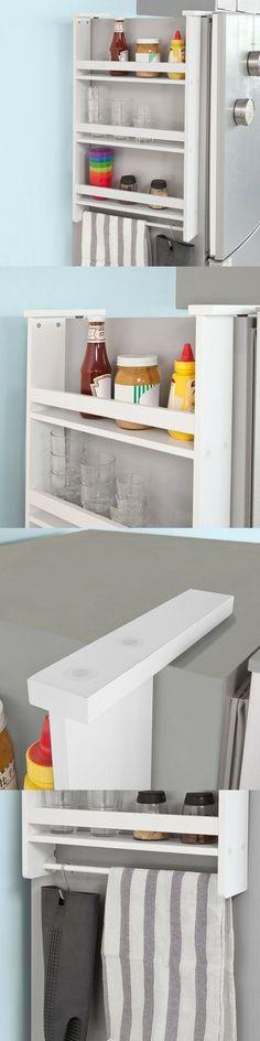Une étagère à fixer sur le côté du frigo, facile à installer (avec les ventouses), qui permet de gagner des espaces de rangement. Super pratique et fonctionnelle pour les petites cuisines ! 3 étagères pour ranger des épices, des pots, de la vaisselle et une barre pour suspendre des torchons et des petits crochets pour les accessoires et ustensiles et y avoir facilement accès