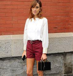 Alexa Chung en chemise, short et mocassins