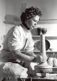 Kyllikki Salmenhaara (1915 - 1981) Kyllikki Salmenhaaran ura keraamikkona katkesi käsivammaan. Hän löysi uuden uran opettajana. Hänet palkittiin saavutuksistaan monesti.