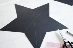 Chances are you've bought at least a few of your gifts online this year, So here's a DIY to help you cover them up! This DIY star decorations/ gift boxes Alternative Christmas Tree, Ribbon On Christmas Tree, Christmas Tree Ornaments, Ornament Tree, Star Diy, 3d Star, Diy Photo Backdrop, Star Template, Tree Tattoo Designs