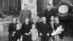 Julen 1946 på Fredensborg Slot   I 1946 holder kong Christian X og dronning Alexandrine julefest på Fredensborg Slot sammen med familien.