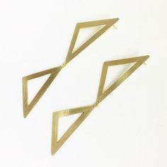 zpr O brinco triângulos em prata com banho de ouro sempre fica lindo com qualquer look. RUA MOREIRA CESAR, 217, SALA 401, CRYSTAL MALL. Vendas online pelo Whatsapp (21) 99997-5899 e pelo site www.renataalt.com.br. Entregas para todo o Brasil. #accessories #acessorios #anel #brinco #ecommerce #estilo #euusorenataalt #fashion #fashionstyle #fashiontrends #instafashion #instafollow #instamoda #instamood #instaphoto #instatrends #jewelry #joias #moda #ouro #photooftheday #picoftheday…