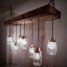 Diese Hängelampe ist handgefertigt!Gefertigt aus altem Pfichtenholz.Läuchten aus Mason-Gläsern.Maße:(Brett)Länge: 97 cmBreite: 22 cm(Lampen)Länge1: 46 cmLänge2: 35 cmKettenlängen: ca 80 cmEin Produkt von:NATURLICH WEY DesignIch produziere rustikal- und vintage- Dekoration und Möbel.