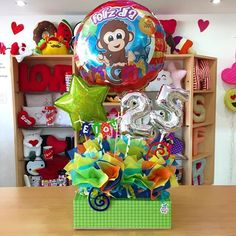 Dale ese toque especial a tus regalos ✨ Balloon Arrangements, Balloon Decorations, Candy Bouquet, Balloon Bouquet, Party Ballons, Balloon Basket, Ideas Para Fiestas, Gift Baskets, Diy Gifts