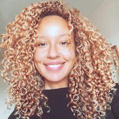 Lovely @honeyblondegigi is our #hairinspiration today! Emulate her lovely locks with #onychair Golden Collection Kinky 3B-3C #27 !   Shop USA Now>>> ONYCHair.com Shop UK Now>>> ONYCHair.uk Shop NG Now>>> ONYCHair.ng  #hairstyle #kinkyhair #coloredhair #myhaircrush #bighair #tightcurls #goldenhair