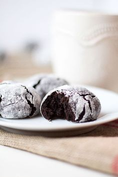 so there's a new favorite Christmascookie in town, and these peppermint chocolate crinkle cookies are it I did it!! I made it through another semester of finals. No, not my finals, Charlie's finals. We've been note taking and studying for the last 10 days. Up late reading and quizzing all week, but it's over. He …